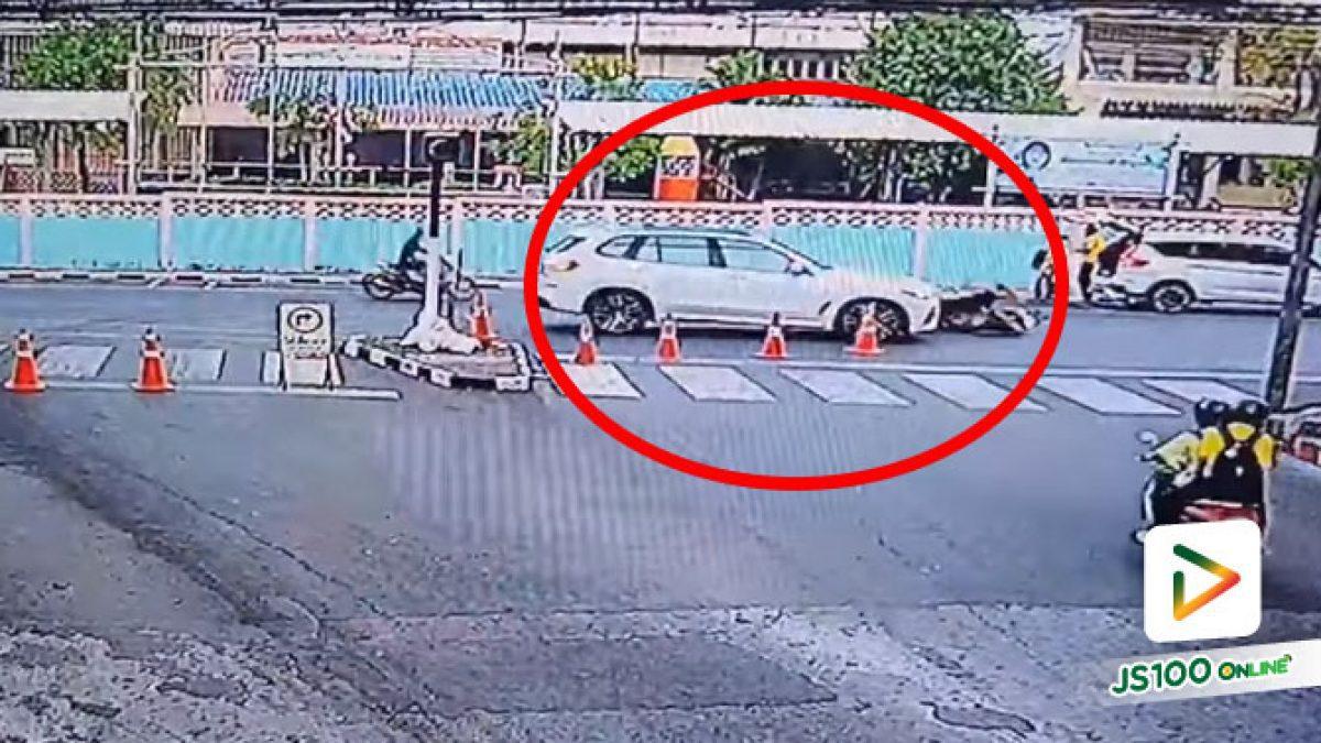 จยย.ชะลอจะลักไก่เลี้ยวขวา ถูกรถ SUV ชนท้ายเต็มแรง (22/02/2021)