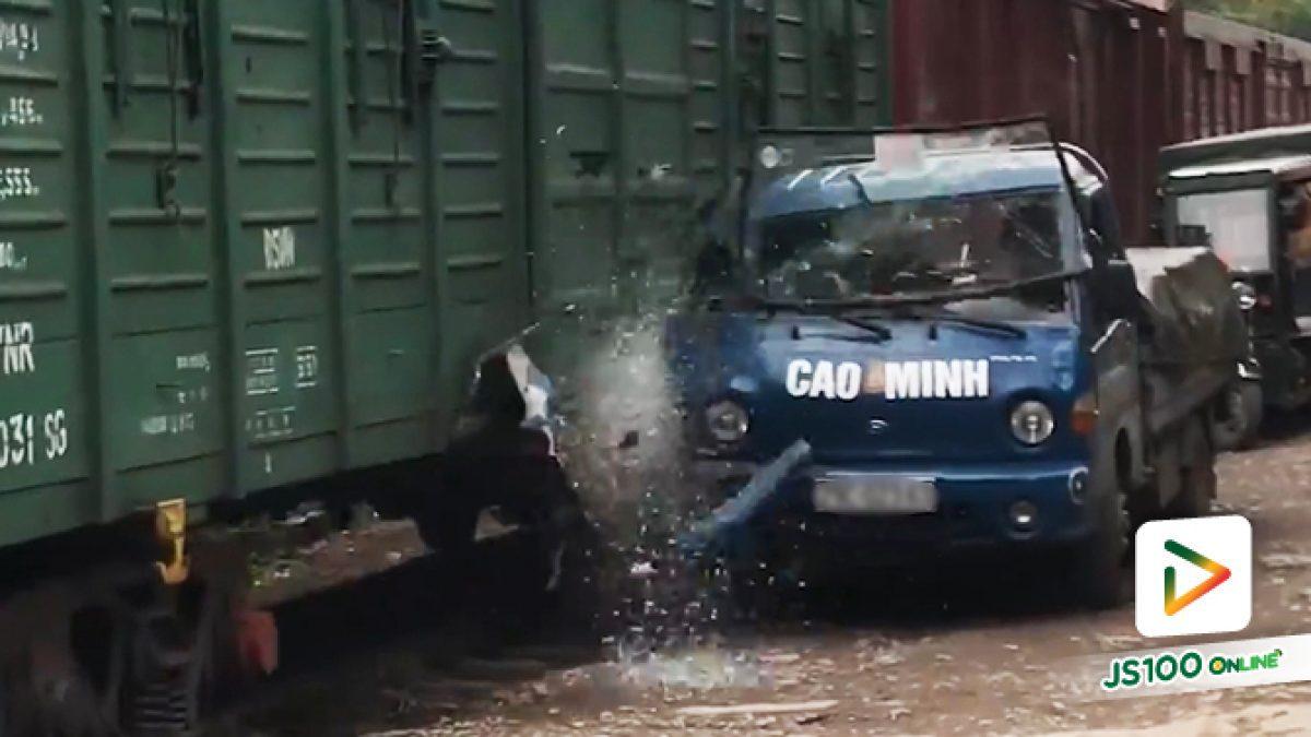คลิปรถไฟชนรถบรรทุก! จอดกีดขวางรางรถไฟ ที่เวียดนาม (22-4-61)
