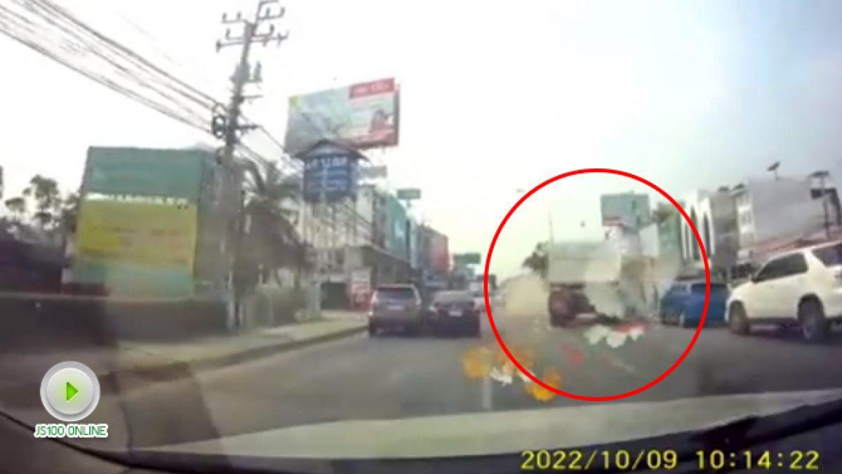 คลิปรถพ่วงยางระเบิดทำเก๋งตกใจเบี่ยงไปชนรถอีกคัน (24-01-61)