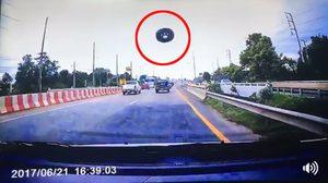 สุดอันตราย! ล้ออะไหล่รถหล่นจากท้ายกระบะ ตกกระแทกกระจกรถอีกคัน