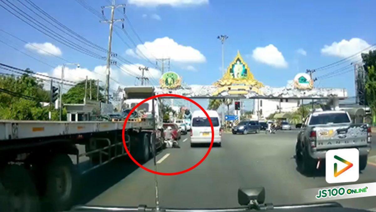 ขี่จยย. ต้องระวัง!! จุดบอดรถบรรทุกอันตรายมาก ดีที่ไม่มีการสูญเสียถึงชีวิต (25/12/2019)