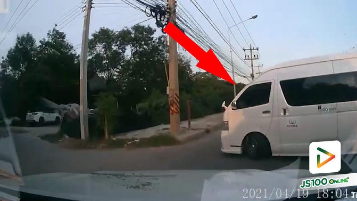 รถหนักเบรคให้ไม่ทัน ส่วนรถตู้ไม่สนกลับรถมาหักหลบเกือบเสยเสาไฟ