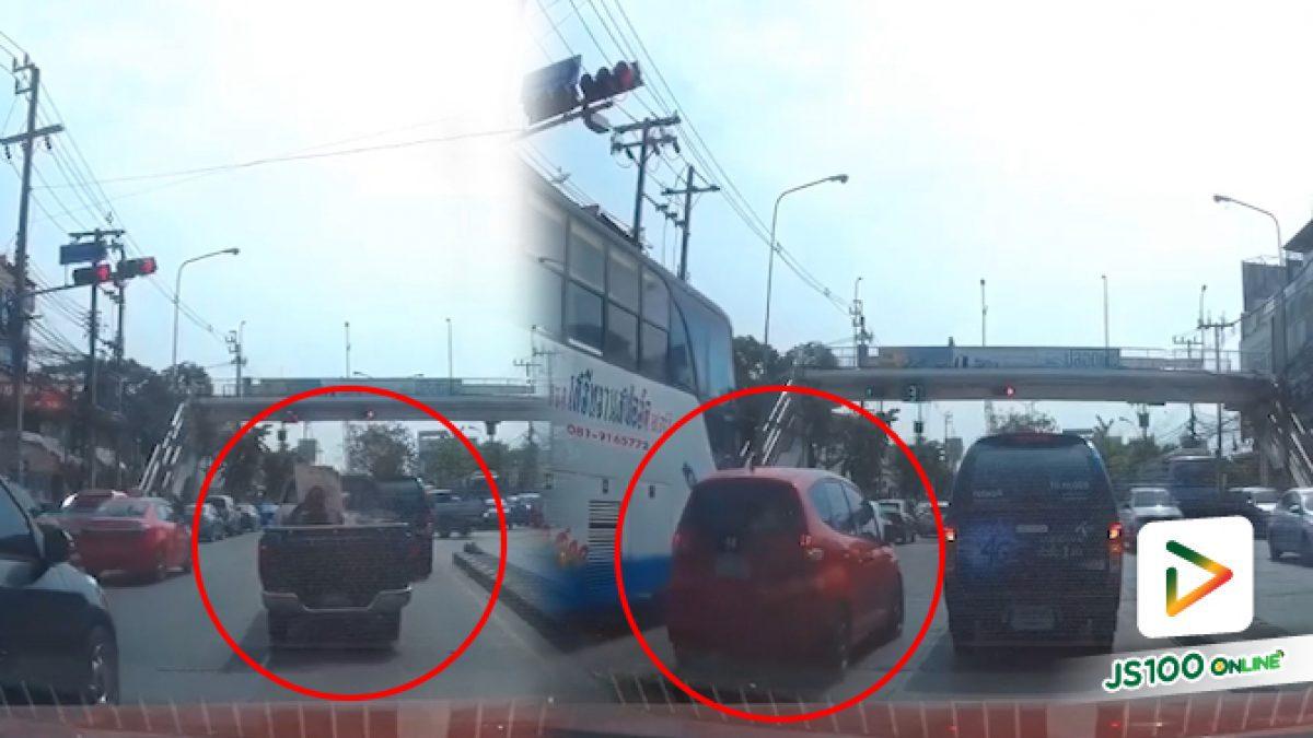รถกระบะเบี่ยงออกไปแซงตัดกลับรถแล้วเก๋งที่วิ่งมารอแทรกทางเลี้ยว บริเวรณสี่แยก (13-05-62)