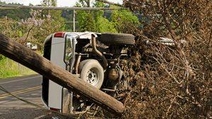 รถชนเสาไฟฟ้า ตั้งสติให้ดีอย่าเพิ่งลงจากรถ อันตรายรอบกาย อาจถึงแก่ชีวิตได้