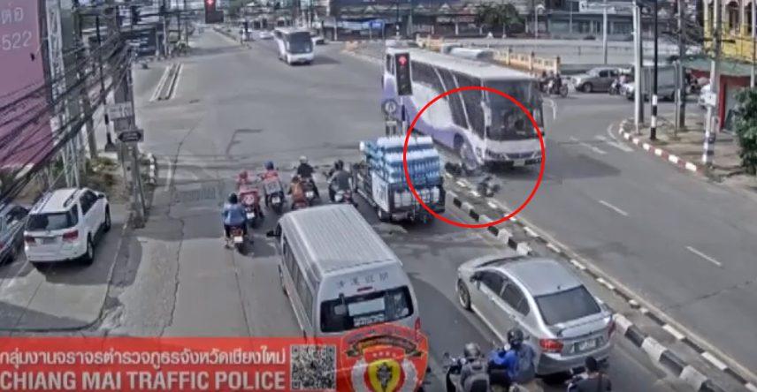 ใช้รถอย่ารีบ! นาทีรถบัสพุ่งชน จยย. เลี้ยวฝ่าไฟแดงกลางสี่แยก