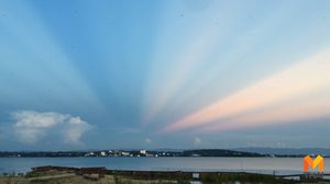 แห่ชม!! แสงสีธรรมชาติ สรรค์สร้างบนท้องฟ้าริมกว๊านพะเยา