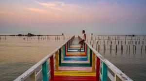 ถ่ายรูปชิคๆ ริมทะเล ที่ สะพานไม้สายรุ้ง จ.สมุทรสาคร