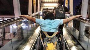 วิจารณ์แซด! ภาพทุลักทุเลคนพิการ นั่งเข็นรถขึ้นบันไดเลื่อนรถไฟฟ้า