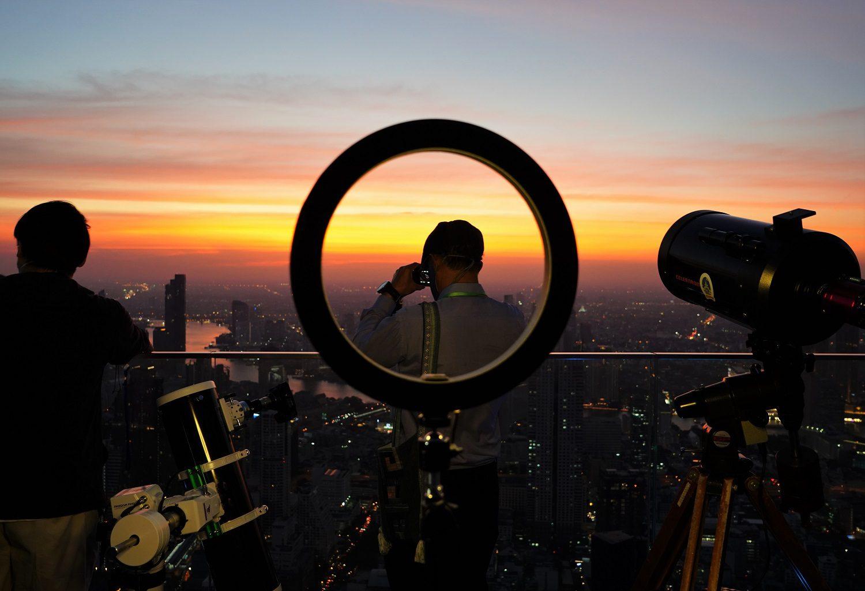 """คิง เพาเวอร์ มหานคร ร่วมกับ สมาคมดาราศาสตร์ไทย จัดกิจกรรมชมปรากฏการณ์ """"The Great Conjunction 2020 ดาวพฤหัสบดีใกล้ดาวเสาร์"""" จากจุดชมวิวชั้นดาดฟ้าที่สูงที่สุดในกรุงเทพฯ"""
