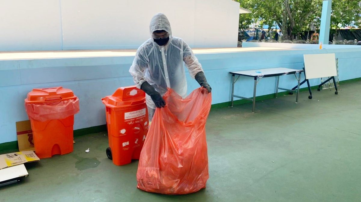 วิธีทิ้งขยะติดเชื้อ เมื่อต้องกักตัวที่บ้าน ทิ้งยังไงไม่ให้เสี่ยงคนที่บ้าน คนเก็บขยะ