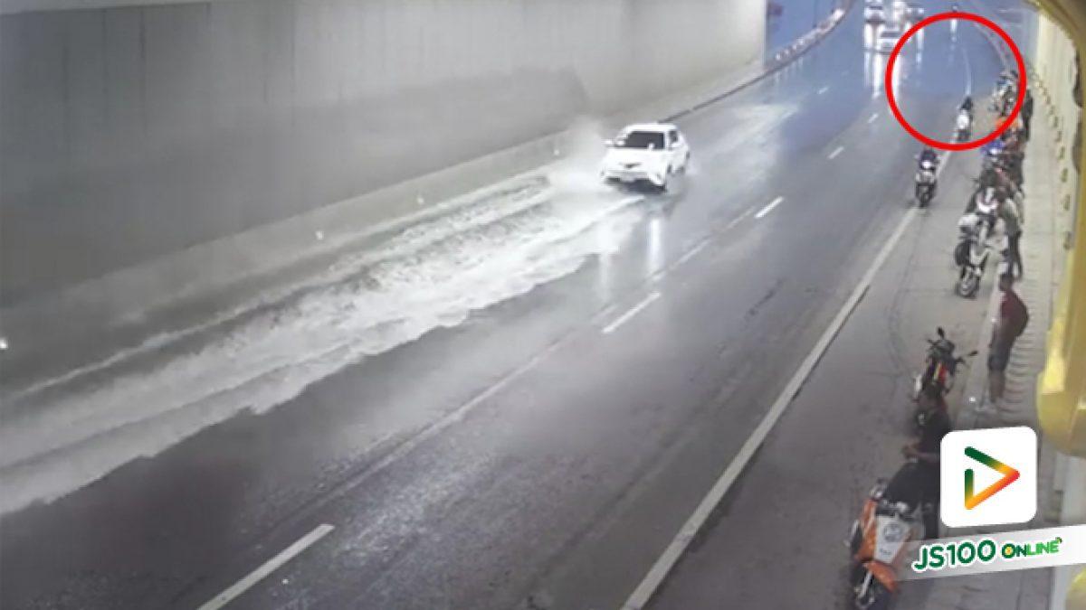 คลิปนาทีกระบะพุ่งชนจยย.ที่จอดหลบฝนในอุโมงค์ จ.เชียงใหม่ (18-06-62)
