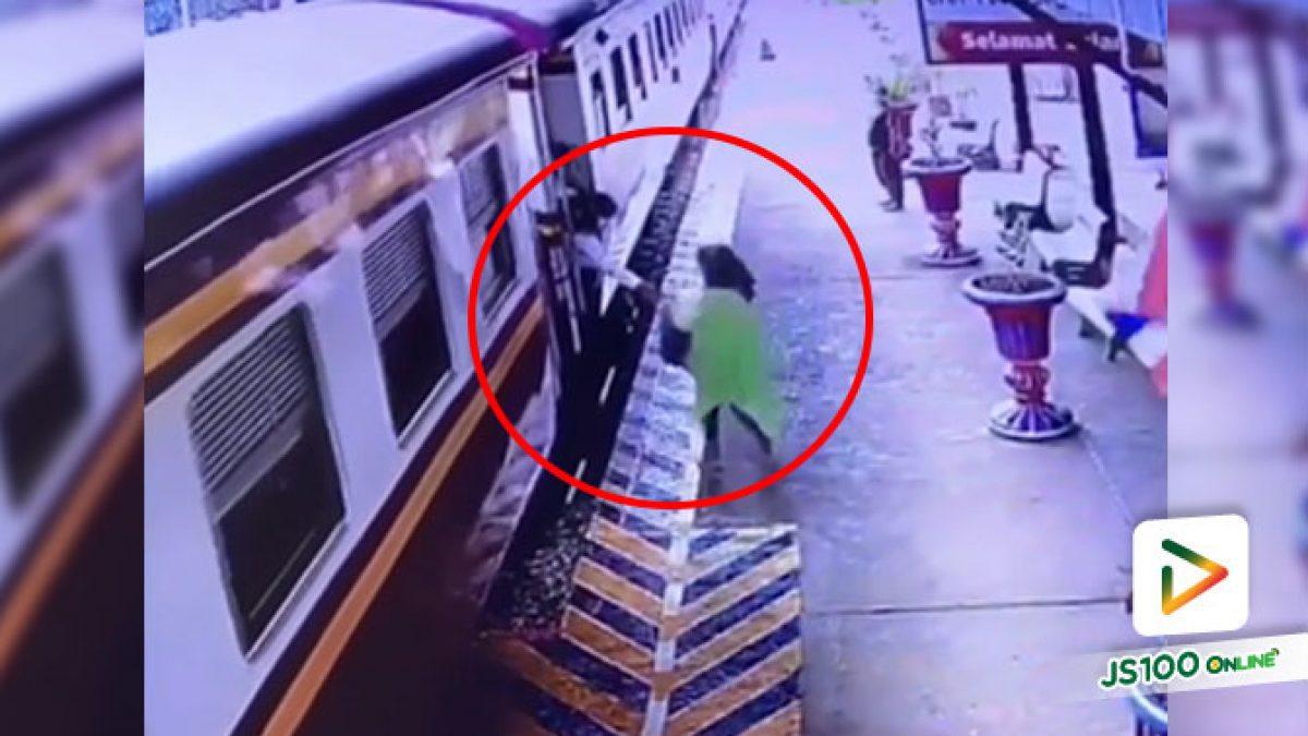 อุทาหรณ์! หญิงสาวยืนเล่นโทรศัพท์มือถือ เพื่อนเรียกขึ้นรถไฟรีบคว้ากระเป๋าวิ่งตาม