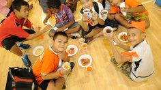 """ภาพบรรยากาศ คลิกดีทำดี ครั้งที่ 13/2555 """"กีฬาสีพี่กับน้อง"""" (ช่วงพักทานอาหาร)"""
