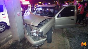 ลุงขับกระบะเกิดวูบ ชนเสาไฟฟ้าร่างติดคาซากรถเจ็บสาหัส