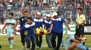 สุดเศร้า! นายด่าน อินโดนีเซีย เสียชีวิตหลังชนกับเพื่อนร่วมทีมอย่างรุนแรง (คลิป)