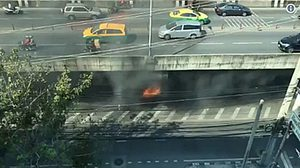 ด่วน! ไฟไหม้ป้ายโฆษณาใต้สะพานจตุรทิศ ถนนศรีอยุธยา