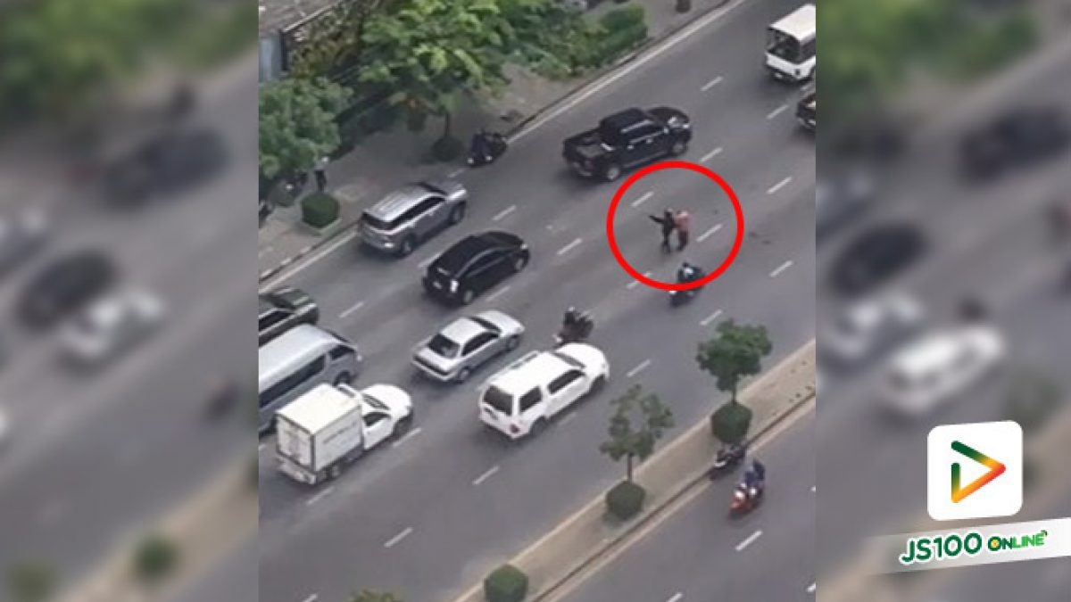 ช่วยกันได้ก็ช่วยกัน คนขี่จยย. จอดรถช่วยพาผู้สูงวัยเดินไม่สะดวกข้ามถนน 5 เลน (20/08/2019)