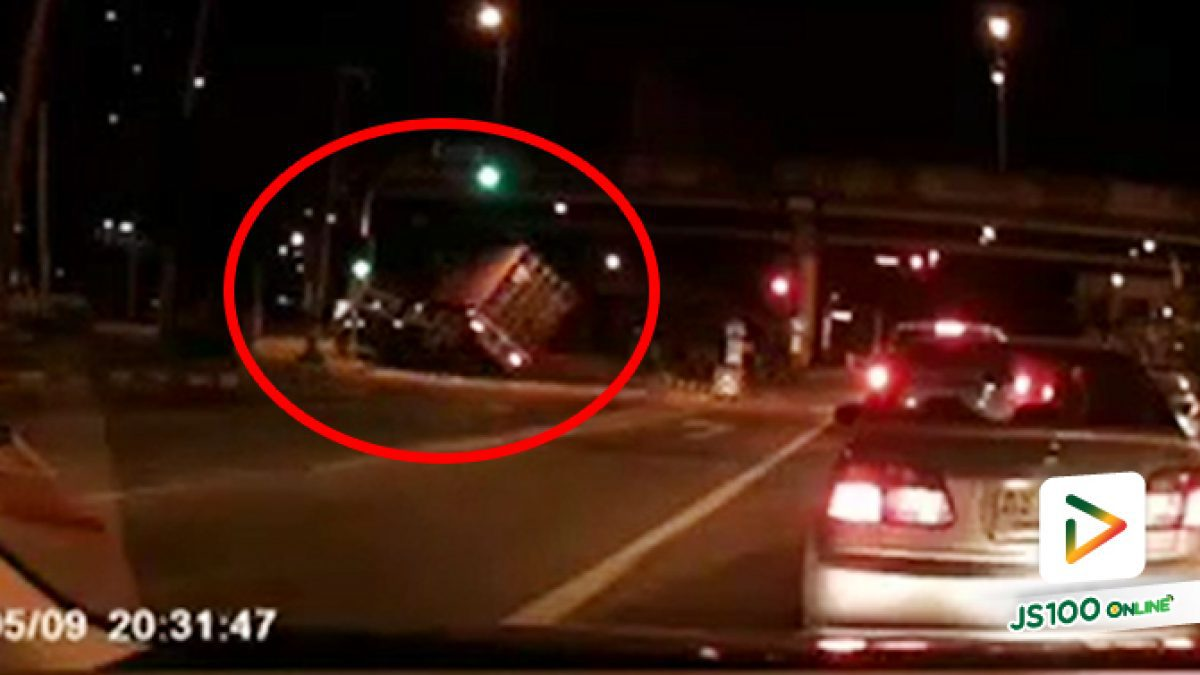 รถบรรทุกซิ่งเลี้ยวเข้าถนนพระราม 3 ก่อนเสียหลักพลิกตะแคง แท็กซี่หักหลบขึ้นเกาะกลางถนน