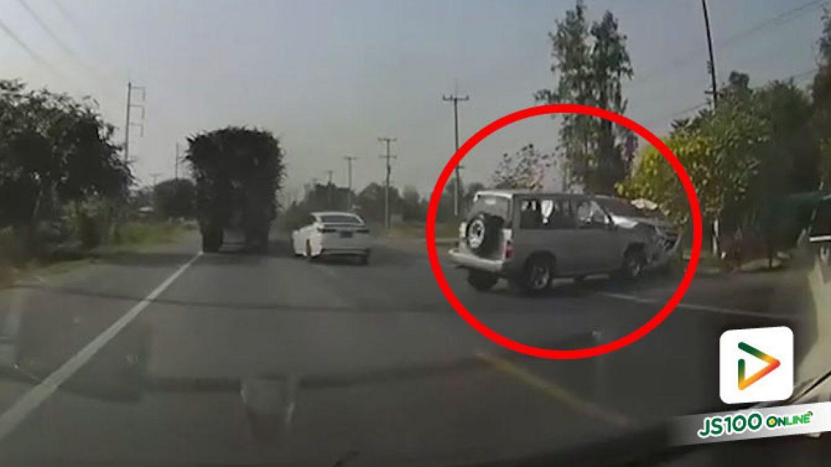 บทเรียนของรถ SUV!! แซงเลนสวนตามเก๋ง เจอเก๋งเบรคเลยหักหลบชนปิคอัพ