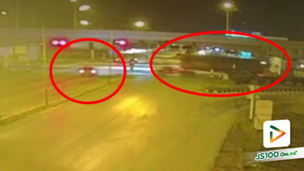 รถเทรนเลอร์ VS ปิคอัพขับผ่านแยกต่างไม่ชะลอ ก่อนชนอย่างรุนแรง เสียชีวิต 2 คน สาหัส 2 คน
