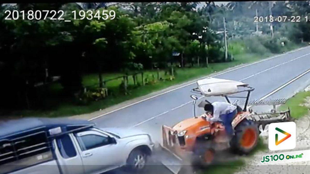 คลิปกระบะหักหลบรถออกจากซอยเสียหลักพุ่งชนรถไถ (23-07-61)