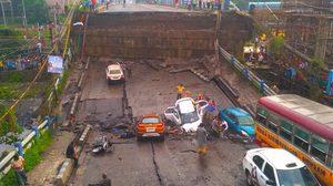 สะพานยกระดับถล่มที่อินเดีย ทำรถวิ่งอยู่ตกกระแทกพื้น จนมีคนเสียชีวิต !!