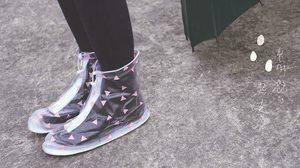 """หมดปัญหา!! """"ถุงคลุมรองเท้ากันฝน"""" แม้ฝนตกน้ำท่วม ไม่ต้องกลัวรองเท้าเปียก"""