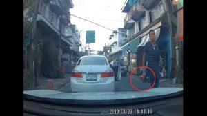 ตำรวจจี้มอบตัว คนขับเก๋งสีขาวถือปืนขู่คู่กรณี หลังขับเบียดแทรกเข้าเลน