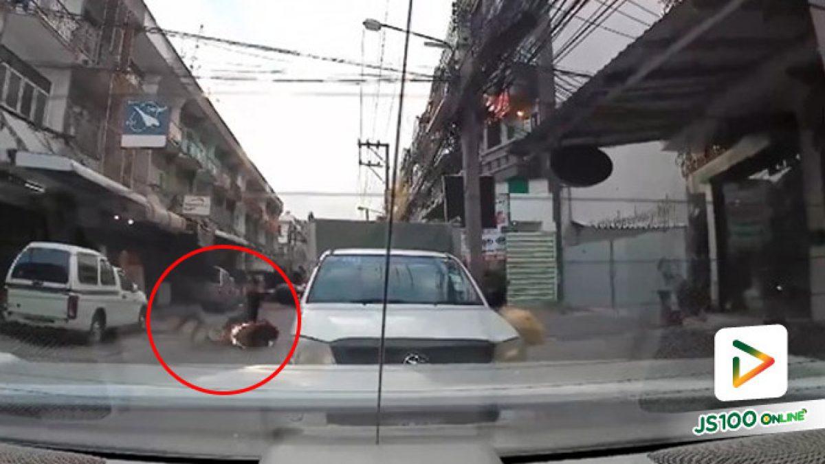 ในซอยต้องขี่เร็วขนาดนี้เลยเหรอ?! จยย.ขี่ย้อนศรแซงรถยนต์ที่จอดติดในซอย พุ่งชนคนข้ามอย่างแรง (14/08/2019)