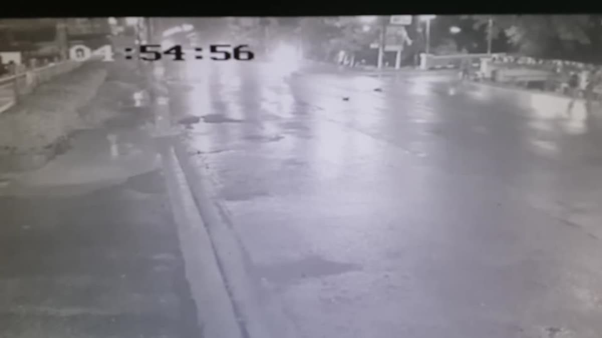 ครูกำลังข้ามถนน ถูกแท็กซี่ชนร่างกระเด็นอาการสาหัส