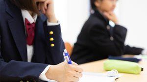 ครูสอนภาษาอังกฤษชาวอเมริกันถูก ไล่ออก หลังโชว์ เจ้าโลก ให้ นร.หญิงดู