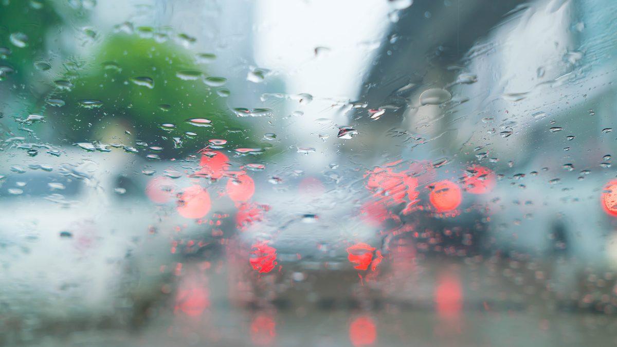 ฝ้าที่กระจก จากความชื้น แก้ไขอย่างไร? เรื่องเสี่ยงต่อการเกิดอุบัติเหตุเวลาขับรถ
