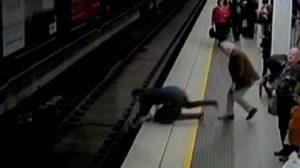 ชื่นชมพลเมืองดี กระโจนช่วยชายพลัดตกรางรถไฟ รอดหวิด