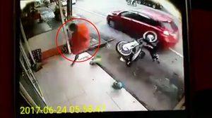 คลิปชีวิต นาทีพระหนุ่มวิ่งหนีตาย หลังมีรถขับเร็วพุ่งเข้าชน