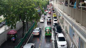 ฝนกระหน่ำ ! ถนนงามวงศ์วาน-แจ้งวัฒนะ-ประชาธิปกรถติดหนัก