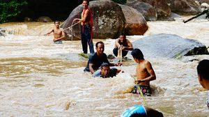 น้ำป่าไหลทะลัก น้ำตกมโนราห์ เจ้าหน้าที่ เข้าช่วยกว่า 10 ชีวิต