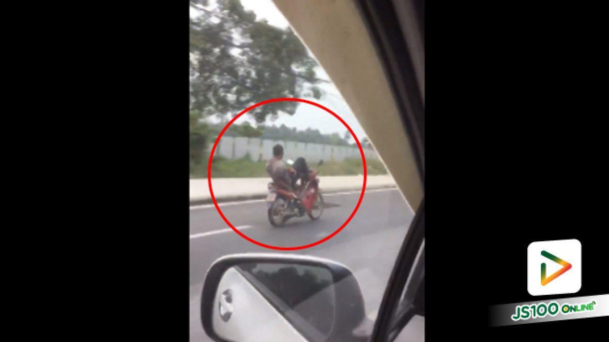คลิปชายหนุ่มขับรถจักรยานยนต์แบบใช้เท้าบังคับแฮนด์ จ.ปัตตานี (17-08-61)
