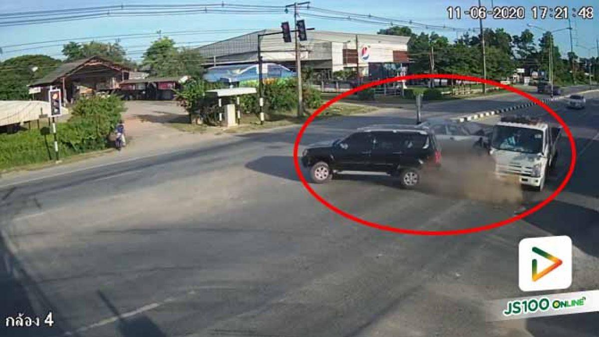 เก๋งหักหลบรถบรรทุกปาดหน้า ชนท้ายรถ SUV ที่จอดติดไฟแดง (11/06/2020)