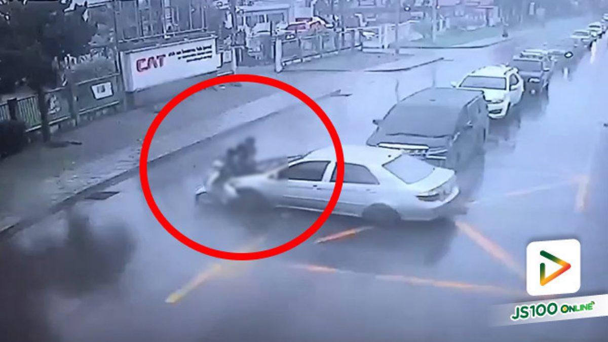 เก๋งขับข้ามถนน จยย.ขี่แซงขวาชนอย่างรุนแรง ร่างกระเด็นกลางถนน (06/08/2020)
