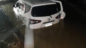 ภาพรถจมน้ำครึ่งคัน หลังตกหลุมบนถนนที่กำลังก่อสร้าง ผู้เสียหายถามใครจะรับผิดชอบ  ??