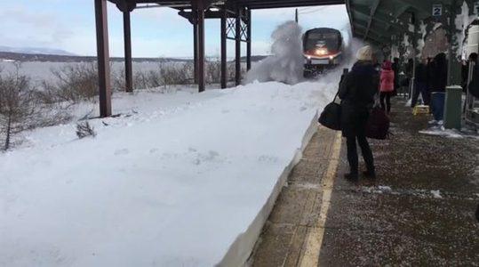 ผิดคาดไปเยอะ! รอ ถ่ายรถไฟ วิ่งฝ่ารางหิมะแบบสโลโมชั่น ที่ไหนได้จากสวยกลายเป็นเละ หนักมาก