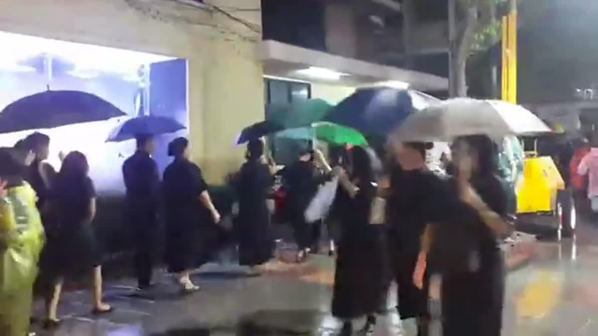 ประชาชนยังคงเข้ากราบถวายบังคมพระบรมศพ ในหลวงรัชกาลที่9 ท่ามกลางสายฝน 02-10-60