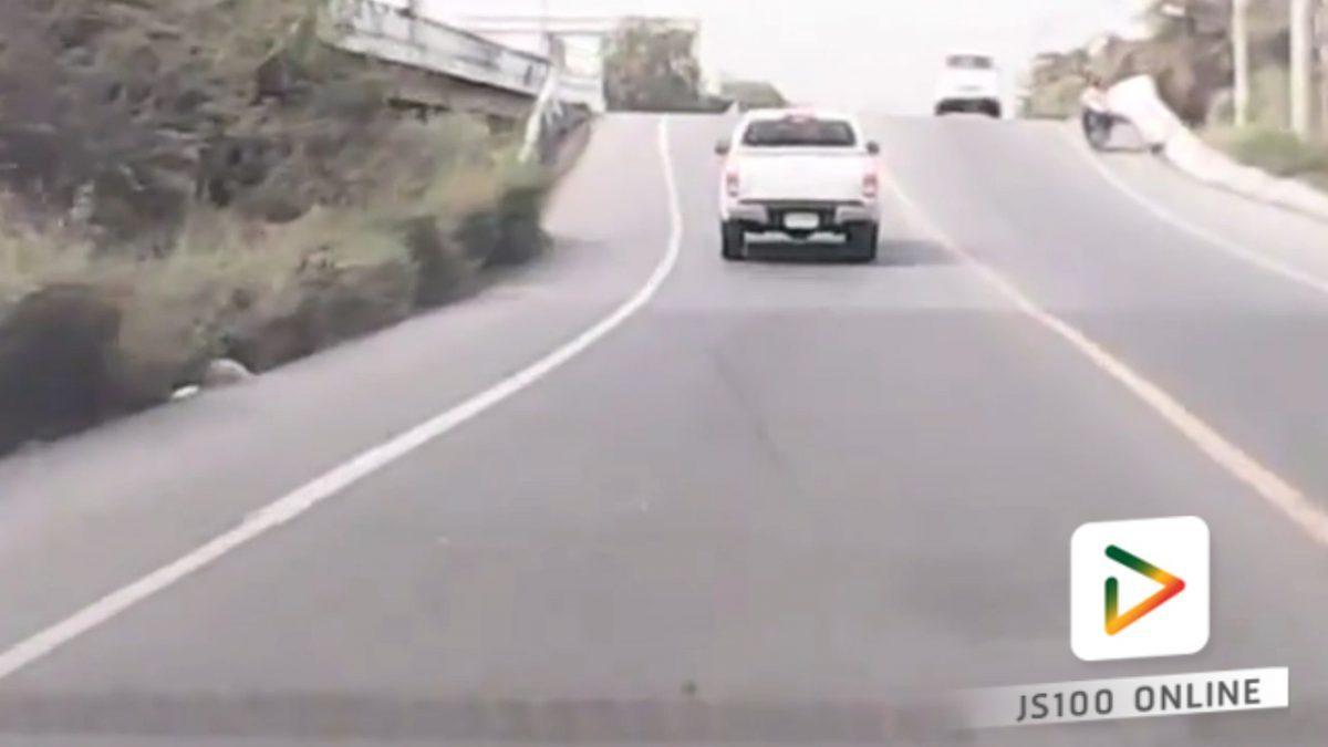 รถปิคอัพกินเลนช่วงเนินสะพาน หวิวอันตราย!! (05-02-61)