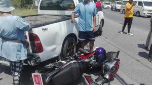 เปิดคลิประทึก! เก๋งชนจักรยานยนต์ 4 วัยรุ่น ร่างปลิวกระแทกพื้น บาดเจ็บ