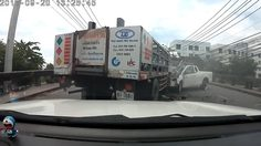 คลิปอุทาหรณ์แซงขึ้นสะพาน! รถกระบะชนประสานงารถบรรทุกอย่างจัง!