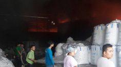 ไฟไหม้โรงงานพลาสติกมหาชัย เพลิงโหมอย่างรุนแรง ยังคุมไม่ได้