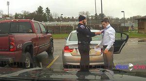 น่ารักมุ้งมิ้ง!! ภาพตำรวจหนุ่ม ผูกไทจัดระเบียบแต่งกายให้ผู้ต้องหา
