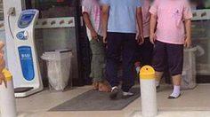 ยกนิ้วให้! นักเรียนถอดรองเท้า วางเป็นระเบียบ ก่อนเข้าเซเว่น