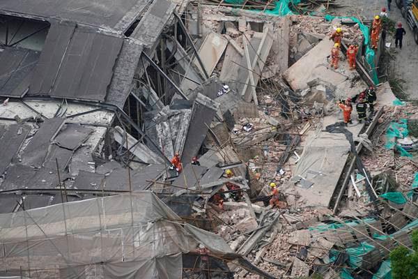 โชว์รูมรถหรูถล่มที่เซี่ยงไฮ้ ทับร่างคนงานเจ็บเพียบ ล่าสุดช่วยได้แล้ว 19 คน