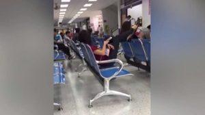 มนุษย์ป้า นั่งยกขาพาดพนักเก้าอี้ ขณะรอทำใบขับขี่ ใครเตือนเจอด่ากลับ!!